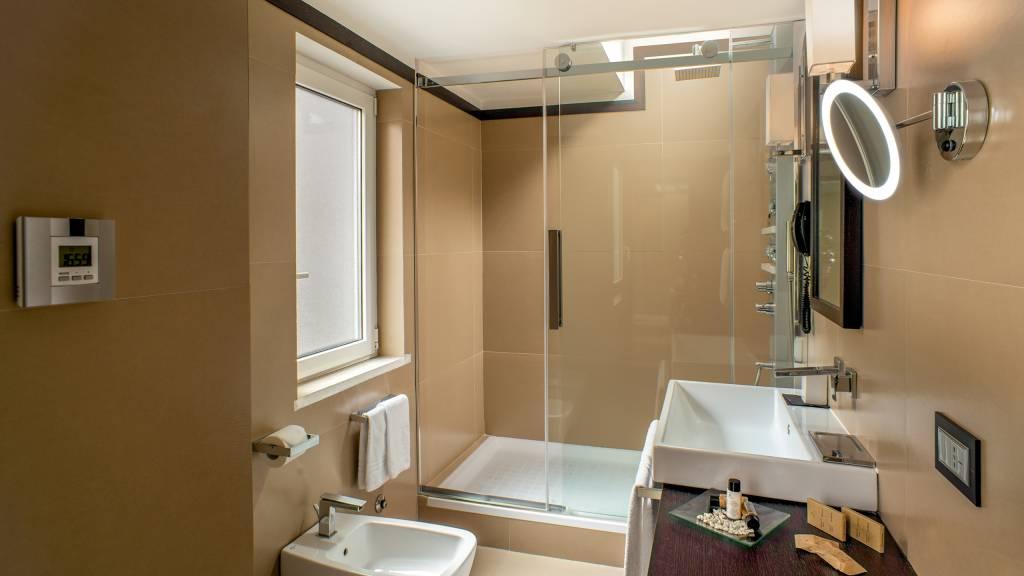 10-Les-Fleurs-Luxury-House-Rome-bathroom